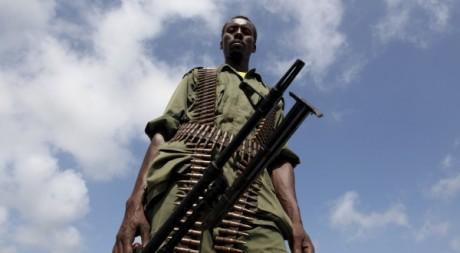 Un soldat du gouvernement somalien patrouille à Burgabo (océan indien). REUTERS/Noor Khamis