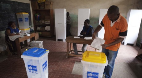 Un électeur dans un bureau de vote à Kinshasa, novembre 2011. © REUTERS/Finbarr O'Reilly