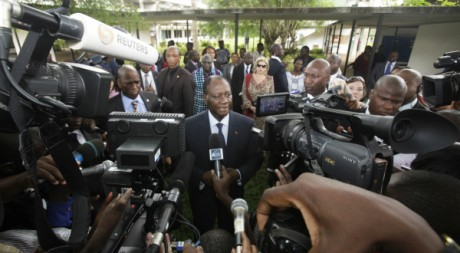 Allassane Ouattara à la sortie d'un bureau de vote de Cocody, le 11 décembre 2011. REUTERS/Thierry Gouegnon.