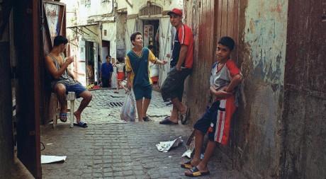 De jeunes Algérois dans la casbah en décembre 2001. AFP/HZ