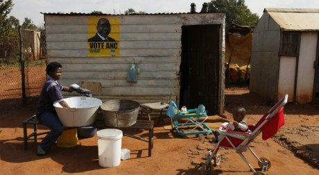Une mère fait la lessive dans un township de Soweto, 11 mai 2011. REUTERS/Siphiwe Sibeko