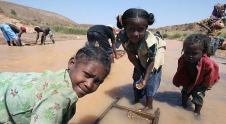 Des enfants en quête de matières précieuses à Madagascar le 16 septembre 2007.  Reuters/Jasleen Kaur Sethi