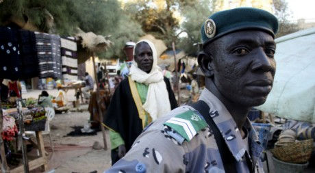 Un soldat malien au march de Tombouctou, dcembre 2009.  	REUTERS/Reuters Staff 