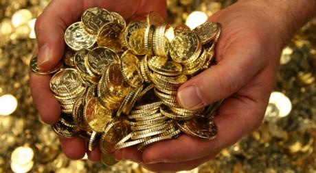 Un employé de la Banque Royale de Belgique ramasse une poignée d'euros à Bruxelles - REUTERS/Yves Herman -