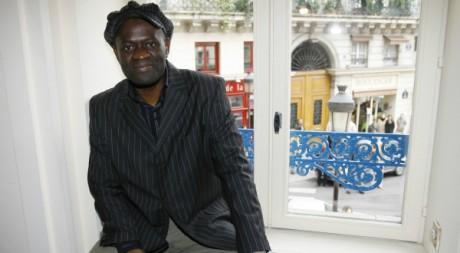 Alain Mabanckou après la remise du prix Renaudot le 6 novembre 2006 - REUTERS/Eric Gaillard