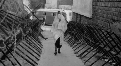 Une femme voilée dans une rue d'Alger pendant la guerre d'Algérie, le 8 janvier 1961. AFP