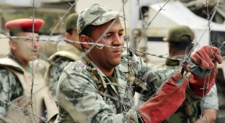 Des soldats consolident des barricades le 24 novembre 2011. Reuters/ Essam el Fetori