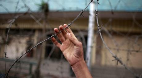 Un manifestant tente de toucher un fil barbelé au Caire le 29 janvier 2012Reuters/Suhaib Salem