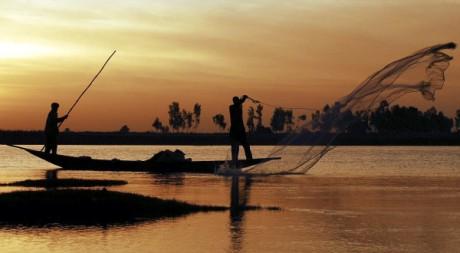 Pêcheurs de l'ethnie bozo, le 8 février 2007. REUTERS/ Florin Iorganda