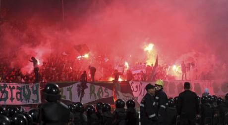 Les hooligans sèment le chaos dans le stade de Port Saïd, le 1er février 2012. REUTERS/Stringer