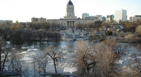 Vue du centre-ville de Winnipeg durant des inondations, en avril 2006. AFP PHOTO/JEFF PALMER