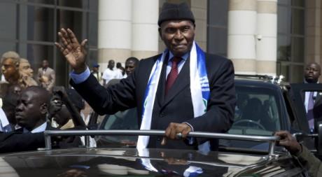 Abdoulaye Wade salue ses partisans, le 31 janvier 2012, à Dakar. REUTERS/Stringer .