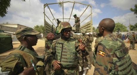 Des soldats ougandais de l'Amison dans le district de Mogadiscio, en Somalie, le 6 février 2012. REUTERS/Handout .