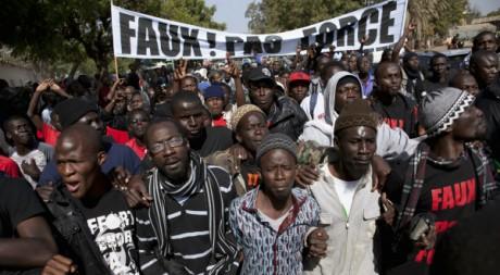 Une manifestation contre Abdoulaye Wade dans les rues de Dakar, le 27 janvier 2012. REUTERS/Stringer