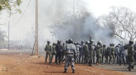 Des Maliens soutenant le combat de l'armée contre les Touaregs manifestent. Stinger/AFP.