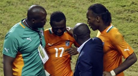 Siaka Tiené est consolé par Drogba et des membres du staff après la défaite en finale de la CAN. REUTERS/Amr Dalsh.
