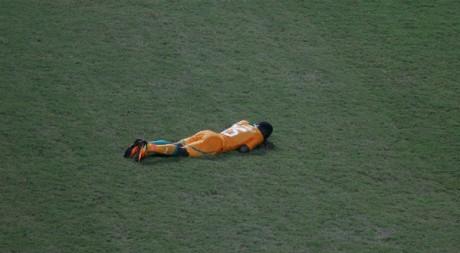 Le joueur Max Gradel, effondré après la finale de la CAN. REUTERS/Amr Dalsh.