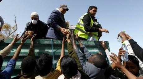 Migrants originaires du Bangladesh à la frontière libyenne le 7 mars 2011.  Reuters/Zohra Bensemra