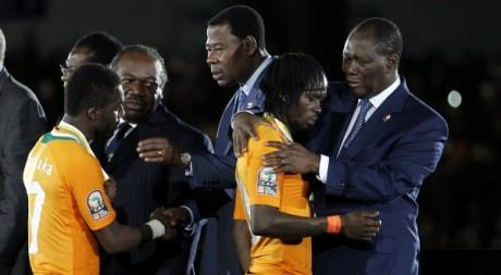 Les présidents du Gabon, du Bénin et de la Côte d'ivoire consolent les éléphants après leur défaite face à la Zambie. REUTERS/T