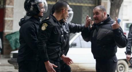 La police disperse une manifestation d'islamistes conservateurs à Tunis le 17 février 2012.  Reuters/Zoubeir Souissi