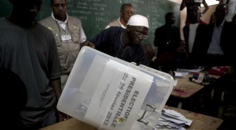 Un bureau de vote à Dakar. REUTERS/Stringer.