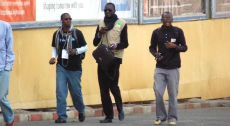 Des blogueurs sénégalais dans une rue de Dakar. AFP