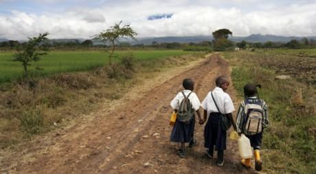 De jeunes écoliers sur une route en Tanzanie en octobre 2007. AFP PHOTO/Roberto SCHMIDT