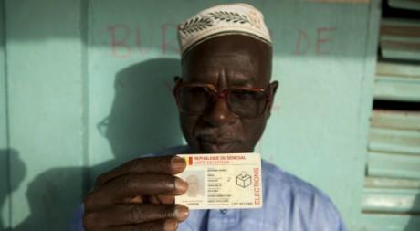 Un Sénégalais montre sa carte d'électeur, le 26 février 2012, à Dakar. REUTERS/Joe Penney