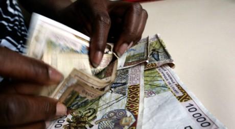 Fausses coupures de 10.000 FCFA à Abidjan le 10 avril 2002. AFP/ISSOUF SANOGO