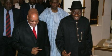 Les présidents sud-africain Jacob Zuma et nigérian Jonathan Goodluck à Aduja, le 10 décembre 2011. AFP/KOLAWOLE OSHIYEMI