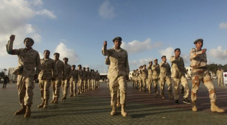 Des soldats de l'armée nationale de la Cyrénaïque lors d'une parade militaire, à Benghazi, le 3 mars 2012.REUTERS/Esam Al-Fetori