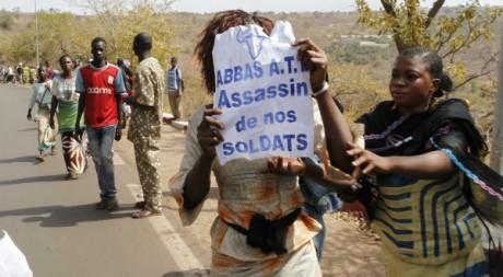 Une proche d'un soldat malien, qui combat les rebelles, manifeste sa colère contre le président Touré. AFP PHOTO / STRINGER