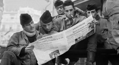 Des soldats favorables à l'Algérie française le 1er février 1960. AFP/JEAN-CLAUDE COMBRISSON