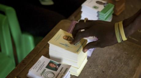 Un citoyen choisit le bulletin d'Abdoulaye Wade le 26 février 2012. Reuters/Stringer