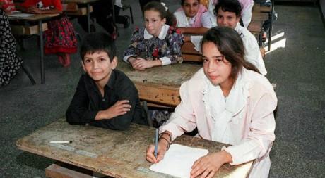 Des écoliers attendent le début des cours à Boufirak (sud d'Alger) le 9 septembre 1997. AFP