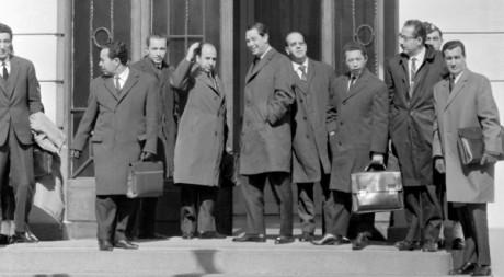 Une délégation algérienne arrivant à Evian-les-Bains, 17 mars 1962 © STF/AFP