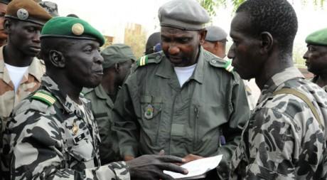 Le capitaine Amadou Sanogo, à gauche. Bamako, 22 mars 2012 © HABIBOU KOUYATE / AFP