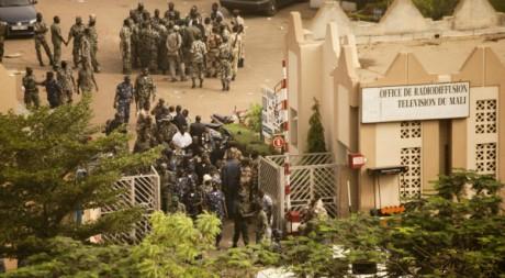 La prise de contrôle de la radio nationale par les militaire, Bamako, 22 mars 2012. © REUTERS/Stringer