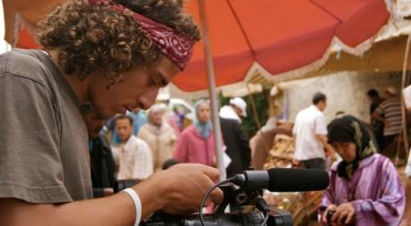 Nadir Bouhmouch, en plein tournage à Rabat, Maroc, 2011. © Tous droits réservés.