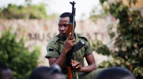 Un militaire à Bamako, le 26 mars, jour du coup d'Etat. REUTERS