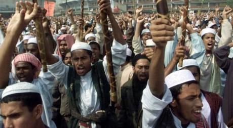 Marche de fondamentalistes religieux au Bangladesh le 2 février 2001. Reuters