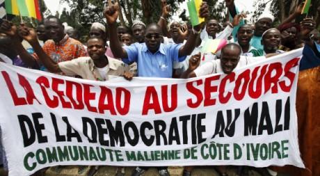 Des Maliens manifestent à Bamako, le 27 mars 2012. REUTERS/ Thierry Gouegnon