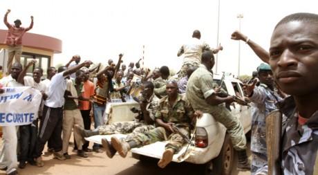 Manifestation en faveur du régime militaire à Bamako, le 29 mars 2012. REUTERS/Luc Gnago