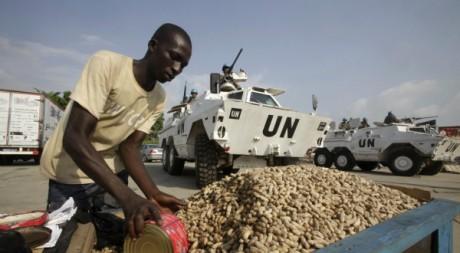 Un vendeur d'arachides près d'un convoi de l'Onuci assurant la sécurité à Abidjan, décembre 2011, REUTERS/Thierry Gouegnon