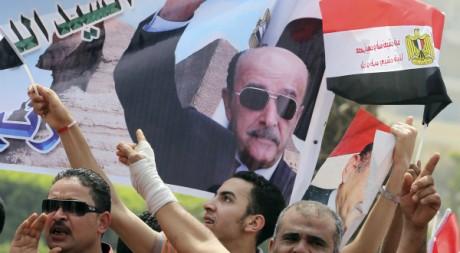 Des supporteurs de Omar Souleiman arborent son portrait. REUTERS/Mohamed Abd El Ghany