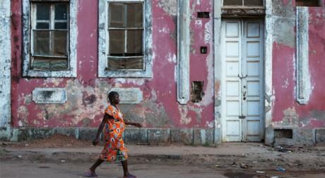 Une maison coloniale délabrée à Bissau, la capitale biissau-guinéenne, mars 2012. © REUTERS/Joe Penney