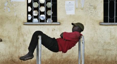 Un Malien se repose devant le stade de Bamako, après l'annonce de la prise du Nord-Mali par les Touaregs, mars 2012. © REUTERS
