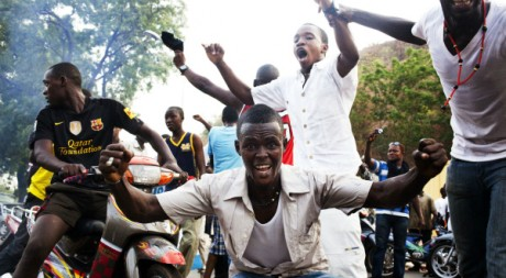 Des jeunes manifestent leur soutien à la junte putschiste, Bamako, 26 mars 2012 REUTERS/Stringer