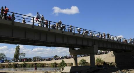 Des Ha¨tiens sur un pont à la frontière avec la République dominicaine, mars 2012. © Stringer/Reuters
