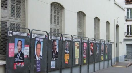 Affiches de campagne dans un bureau de vote du XVIIIe arrondissement de Paris, avril 2012. © Raoul Mbog, tous droits réservés.